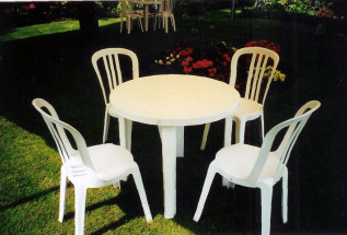 3dia Table With White Bistro Chairs
